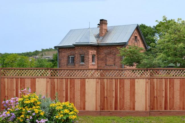 Чем и как лучше покрасить деревянный забор на даче?